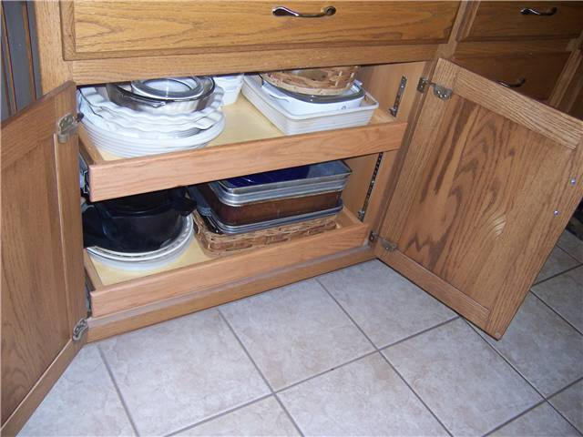 Base cabinet with pull-out shelves