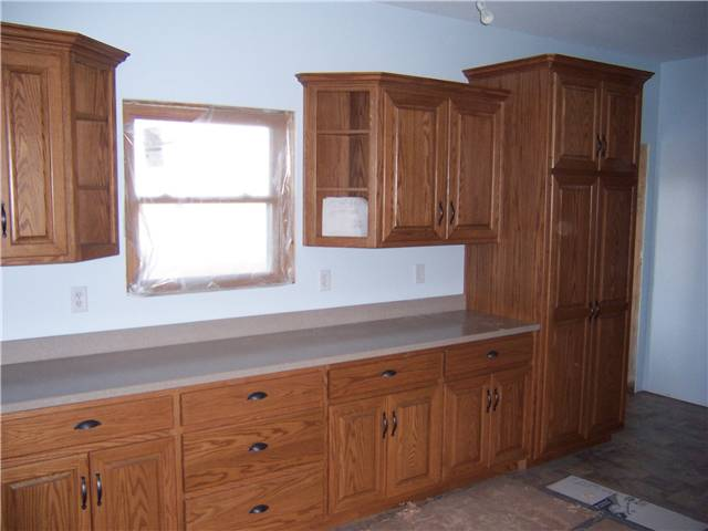 Cabinet style - standard reveal / Door style - raised panel, miter corner / Slab drawer fronts